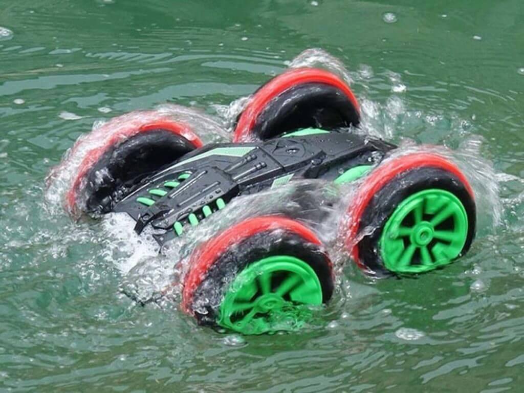 Radiovadāmā mašīna brauc pa zemi un ūdenī